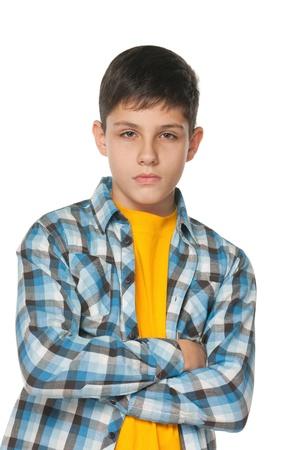 bambini pensierosi: Un ritratto di un adolescente sicuro vestito in camicia a quadri con le mani incrociate, isolato su sfondo bianco