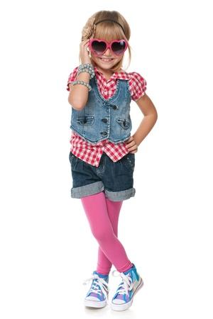 jolie petite fille: Un portrait d'une jeune fille de la mode petit riant; isolé sur le fond blanc Banque d'images