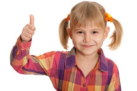 ni�os contentos: Un retrato de una ni�a bonita celebraci�n de su dedo pulgar hacia arriba, aislado en el fondo blanco