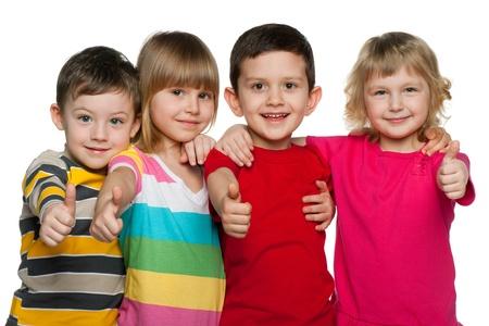 Vier kinderen worden bij elkaar staan, geïsoleerd op de witte achtergrond Stockfoto