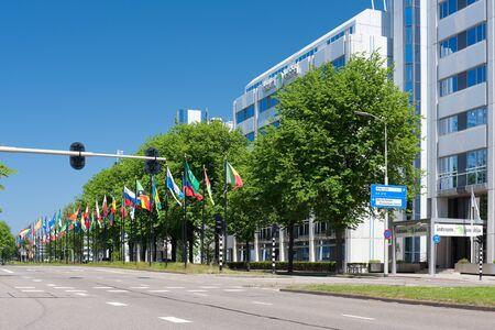 justitia: La Haya, Holanda - 27 de mayo de 2012: La avenida de banderas y de construcci�n de Intrum Justitia en el Johan de Wittlaan calle en La Haya, Pa�ses Bajos. Informaci�n GPS est� en el archivo.