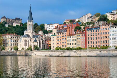 colourful houses: Hermosas casas coloridas en el emankment en Lyon, Francia.