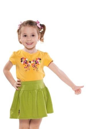 jolie petite fille: Un portrait d'une petite fille souriante tenant son pouce vers le haut; isol� sur le fond blanc