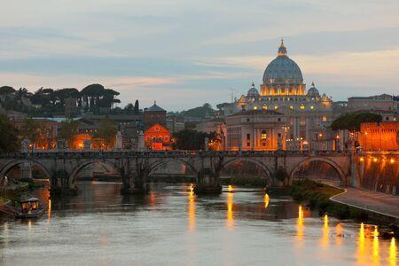 Classica vista sul Vaticano sopra il fiume Tevere a serata.