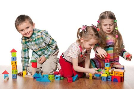 trois enfants: Trois enfants jouent sur le plancher
