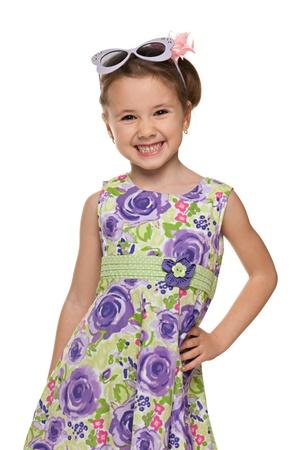 jolie petite fille: Un portrait d'un rire petite fille attend avec impatience; isolé sur le fond blanc