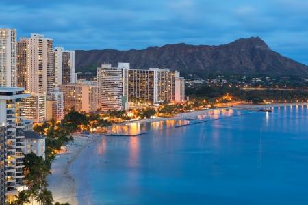 hawai: Vista panor�mica de la ciudad de Honolulu, Diamond Head y Waikiki Beach en la noche, Hawaii, EE.UU.