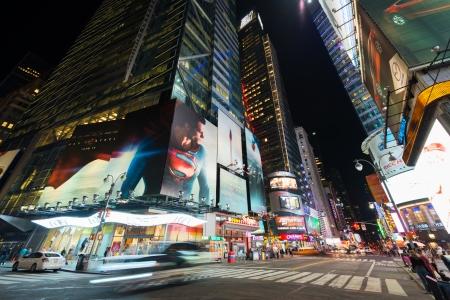 new york time: NUEVA YORK - 04 de junio la calle 42, cerca de Times Square el 4 de junio de 2013 en New York Times Square es una importante intersecci�n en Manhattan y situado entre las calles 42 � y 47 �