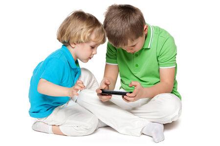 hermanos jugando: Dos hermanos están jugando con un nuevo gadget
