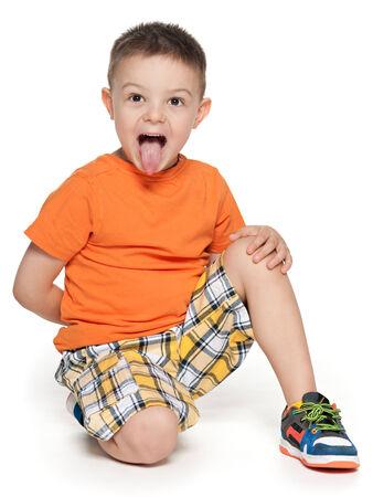 lengua afuera: Un retrato de un niño con la lengua fuera