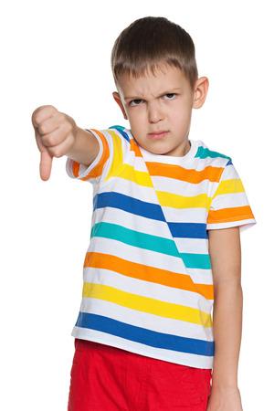 pollice in gi: Un ragazzo sconvolto tiene il pollice verso il basso Archivio Fotografico