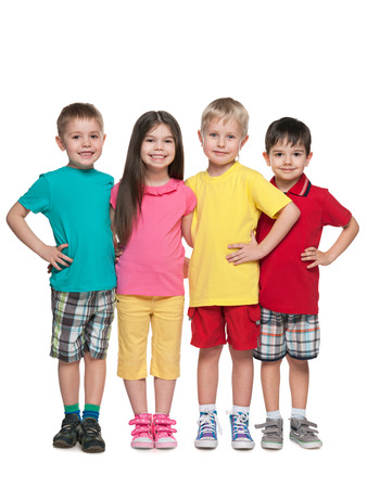 ni�os contentos: Cuatro moda ni�os felices est�n de pie juntos en el fondo blanco