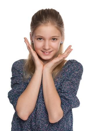 ni�os rubios: Un retrato de una alegre ni�a preadolescente contra el blanco Foto de archivo