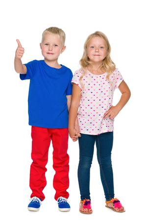 ni�os rubios: Dos ni�os rubios felices est�n de pie contra el fondo blanco