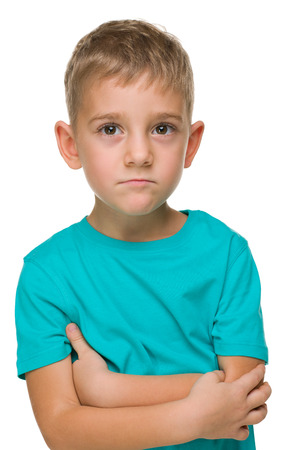 niños tristes: Un retrato de un niño en edad preescolar pensativa contra el fondo blanco Foto de archivo