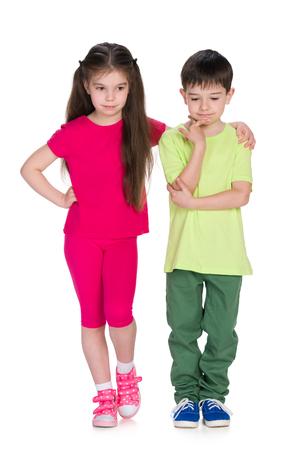 bambini pensierosi: Due bambini premuroso stare insieme contro il bianco