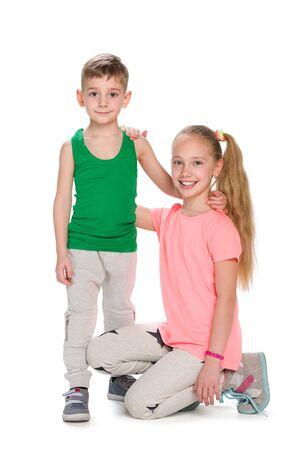 nene y nena: Un retrato de dos ni�os juntos en el fondo blanco Foto de archivo
