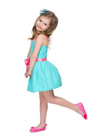 pequeño: Una niña feliz en el fondo blanco