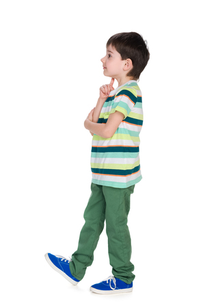 Profiel portret van een kleine jongen op de witte achtergrond