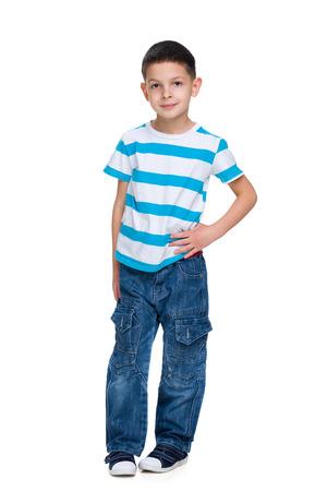 pequeño: Un retrato de un niño pequeño de la moda en el fondo blanco