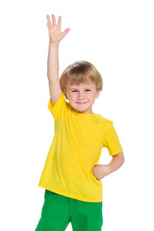 manos: Un retrato de un niño pequeño feliz contra el fondo blanco