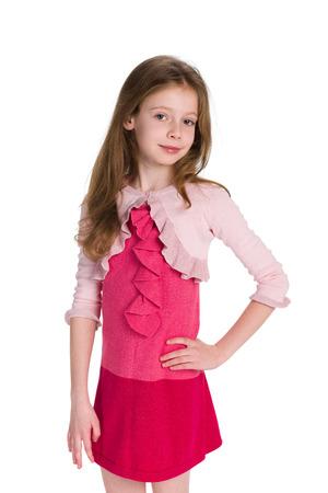 jolie fille: Une jolie petite fille souriante se tient sur le fond blanc