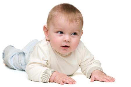 乳幼児: かわいい男の子は白い背景に横たわっています。 写真素材