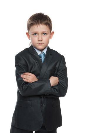mani incrociate: Un ritratto di un ragazzo serio in un vestito con le mani incrociate