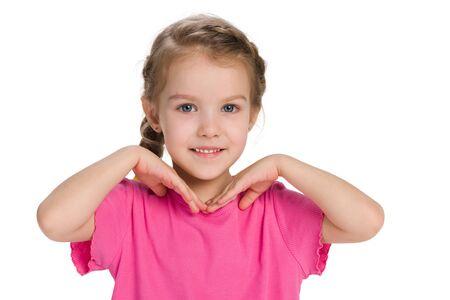 Ein Portrait eines glücklichen kleinen Mädchens gegen den weißen Hintergrund