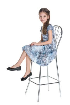 petite fille avec robe: Une jolie petite fille se trouve sur le fond blanc