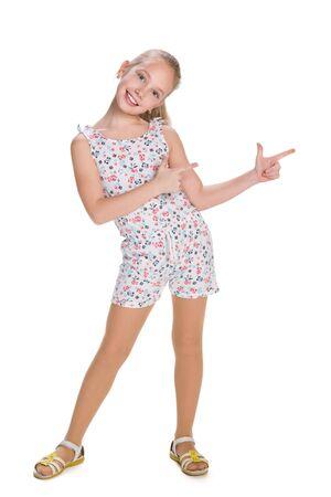 Ein junges Mädchen zeigt ihre Finger auf die Seite auf dem weißen Hintergrund
