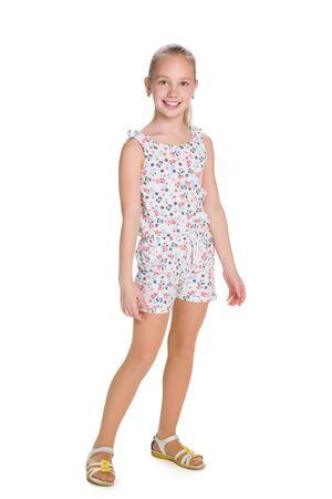 niñas pequeñas: Un retrato de una muchacha rubia sonriente contra el fondo blanco