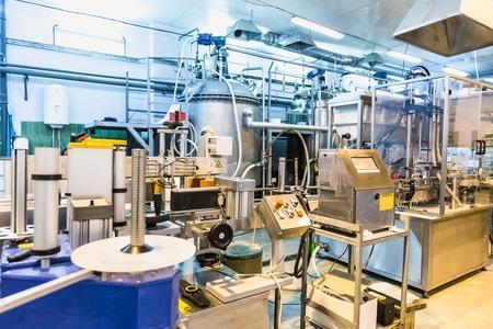 컨베이어의 자동 포장 라인. 제약 및 화학 산업. 공장에서 제조