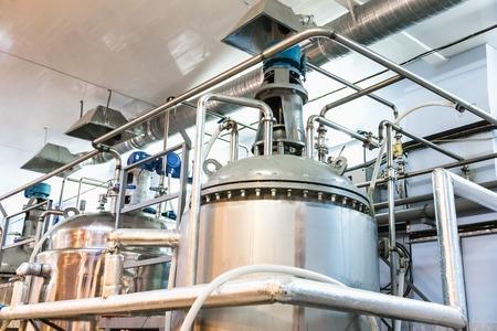 Equipo de recipientes. Industria farmacéutica y química. Fabricación en la planta Foto de archivo