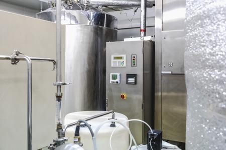destilacion: Agua acondicionado o equipo de la sala de destilaci�n y panel de control en la industria farmac�utica o planta qu�mica Foto de archivo