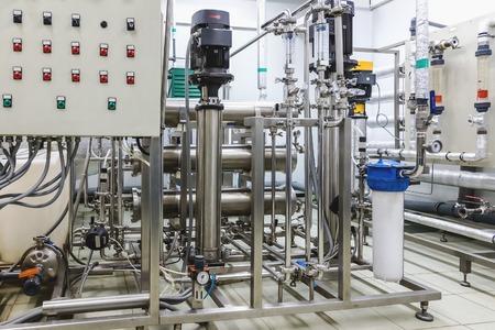 distillation: Pipes, la bomba y el panel de control en el condicionamiento o destilaci�n habitaci�n en la industria farmac�utica o planta qu�mica