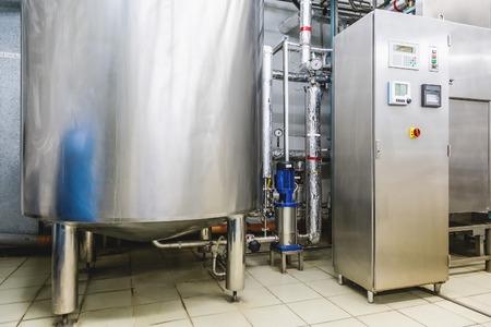 distillation: Acondicionamiento del agua o la sala de destilaci�n con equipos de panel de control y la caldera de agua o tanque en la industria farmac�utica o planta qu�mica