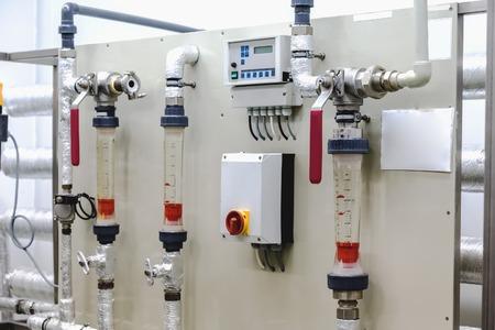 distillation: Equipos panel de control en el acondicionamiento del agua o la sala de destilaci�n en la industria farmac�utica o planta qu�mica