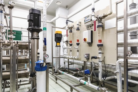 destilacion: Equipos panel de control en el acondicionamiento del agua o la sala de destilaci�n en la industria farmac�utica o planta qu�mica