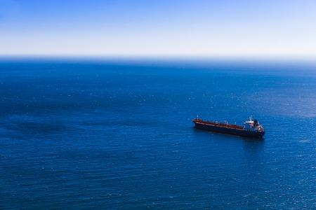 camión cisterna: Vaciar buque de carga de contenedores en el mar azul. Vista aérea Foto de archivo