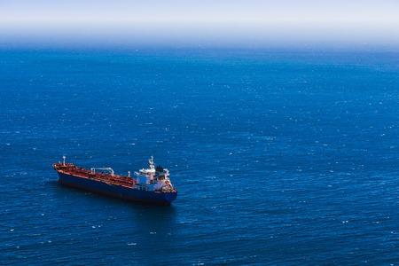 Blick von oben auf den Behälterfrachtschiff im blauen Ozean