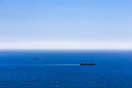 Vrachtschepen met containers in de open Atlantische Oceaan Stockfoto