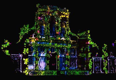 Verlichte gevel van paleis of oud gebouw. Video-mapping show op de gevel van Wilanow Palace Stockfoto