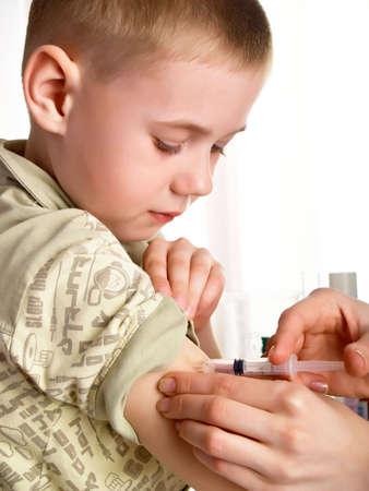 meningococcal: Un m�dico que den una inyecci�n a un ni�o