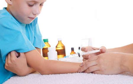 varicelle:  Un m�decin donnant un enfant une injection