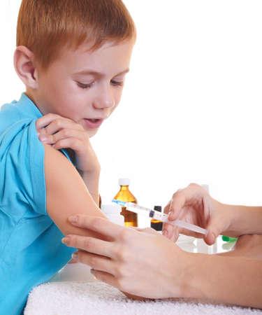 varicelle: Un m�decin donnant un enfant une injection Banque d'images