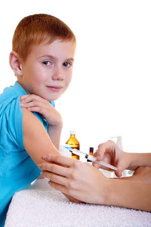 meningococcal: Un m�dico a un ni�o una inyecci�n Foto de archivo