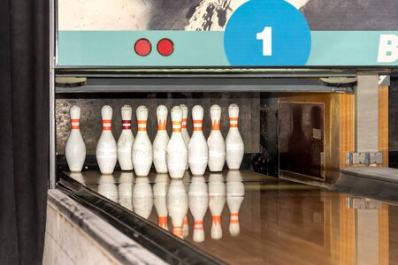 White skittles in the set are on the track. Ingra at the bowling alley. Banco de Imagens