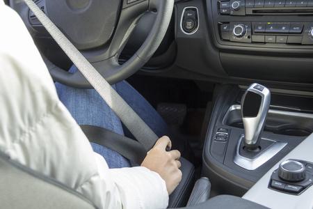 cinturon seguridad: la chica en el cinturón de seguridad del coche es atado con correa