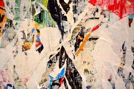 papier a lettre: Colorful affiches lacérées sur les vieux murs grunge comme arrière-plan créatif et abstraite